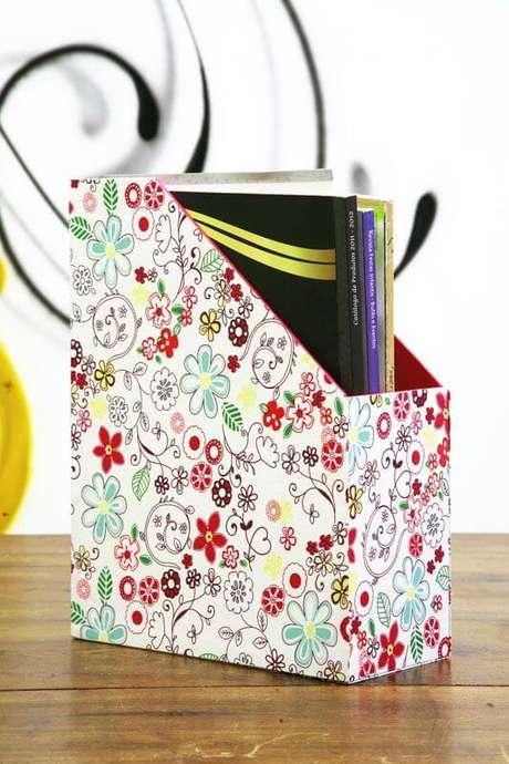 48. Você pode decorar o seu revisteiro. Foto: Portal de Artesanato