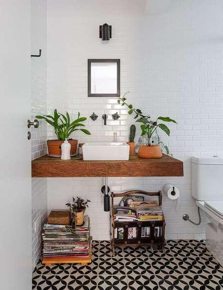 47. Banheiros usam muito o revisteiro. Foto: Histórias de Casa