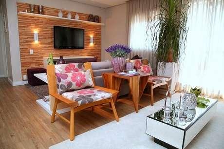 50. Sala de estar com cadeira de madeira estofada florida. Projeto por Meyer Cortez Arquitetura & Design