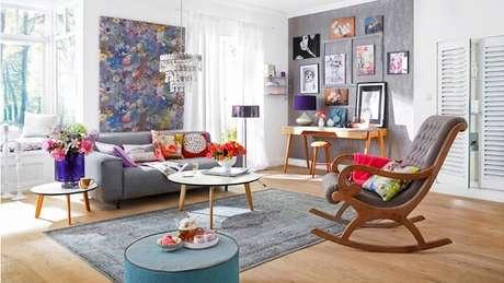 8. Sala de estar decorada com cadeira de balanço de madeira. Fonte: Westwing