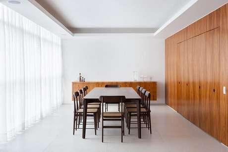 40. Sala de jantar com mesa e cadeira de madeira. Projeto por Felipe Hess
