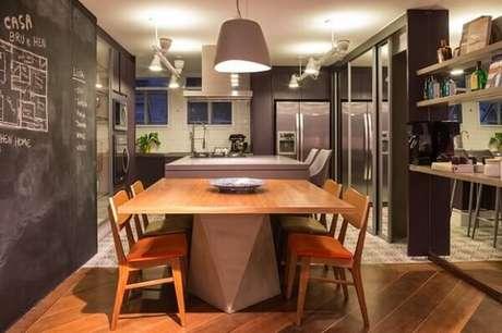 51. Sala de jantar integrada com a cozinha conta com mesa e cadeira de madeira. Fonte: Pinterest