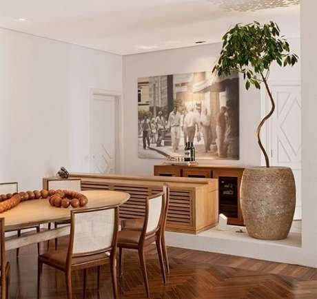 52. Sala de jantar integrada com mesa e modelo de cadeira de madeira. Fonte: Casa Cláudia