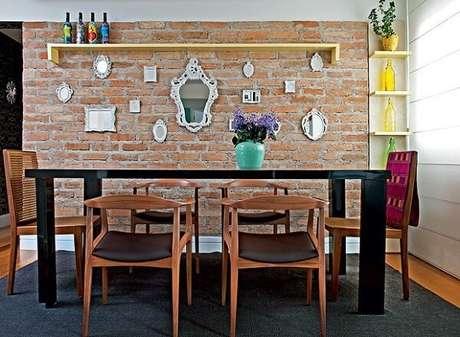 53. Sala de jantar com parede de tijolinho e cadeira de madeira. Fonte: Casa e Jardim
