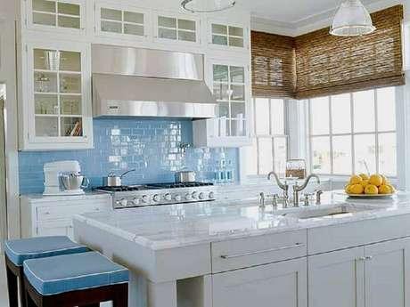 23. O azulejo para cozinha no estilo subway tile deixou o ambiente com um ar de retrô