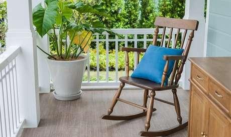 26. Varanda aconchegante com cadeira de balanço de madeira. Fonte: Pinterest