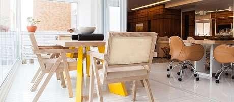 27. Varanda com mesa e cadeira de madeira. Projeto por Olegário de Sá & Gilberto Cioni