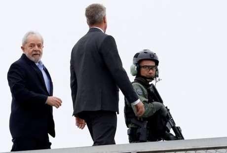 Lula ao deixar a Superintendência da Polícia Federal para prestar depoimento