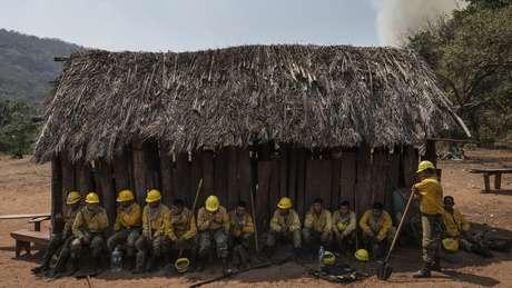 Voluntários participam do combate às chamas para preservar um patrimônio ambiental da Bolívia