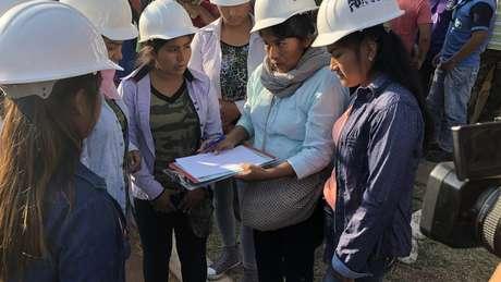 Grupo de seis mulheres e de universitários se somaram aos voluntários no combate ao fogo