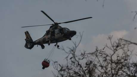 Helicóptero na região de Chiquitanía, onde a sensação térmica supera os 35ºC, e há poucas nuvens no horizonte