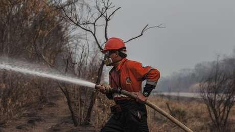 Só bombeiros e militares estão autorizados a se aproximar dos focos maiores de incêndio