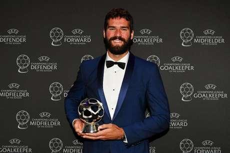Alisson com o prêmio de melhor goleiro da última temporada europeia (Divulgação)