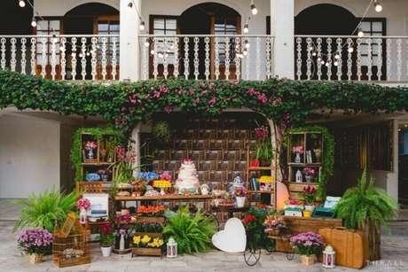 38. A estante escada foi incluída na decoração desta festa de casamento. Fonte: Pinterest