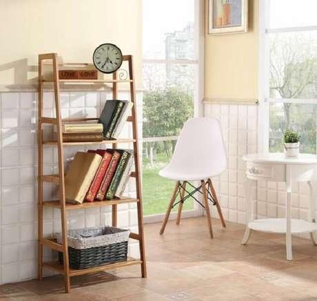 14. A estante escada na cozinha serve de apoio para livros de receita. Fonte: Pinterest