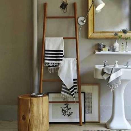 15. A estante serve de apoio para toalhas do banheiro. Fonte: Pinterest