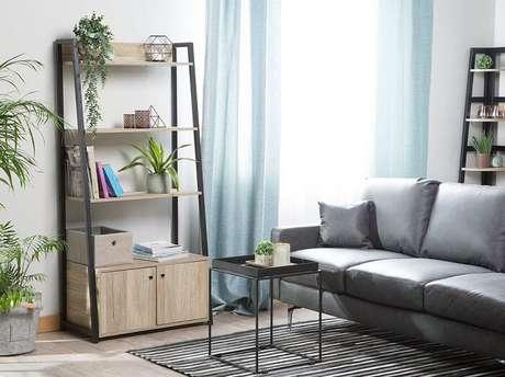 2. A sala de estar conta com a presença de uma estante tipo escada madeira. Fonte: Pinterest