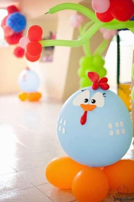 12. Balões personalizados são ótimas ideias para festa da Galinha Pintadinha decorada – Foto: Pequeninos