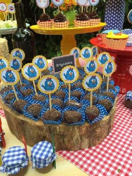 4. Os docinhos vão ajudar na decoração da mesa de festa da Galinha Pintadinha simples – Foto: Pinterest