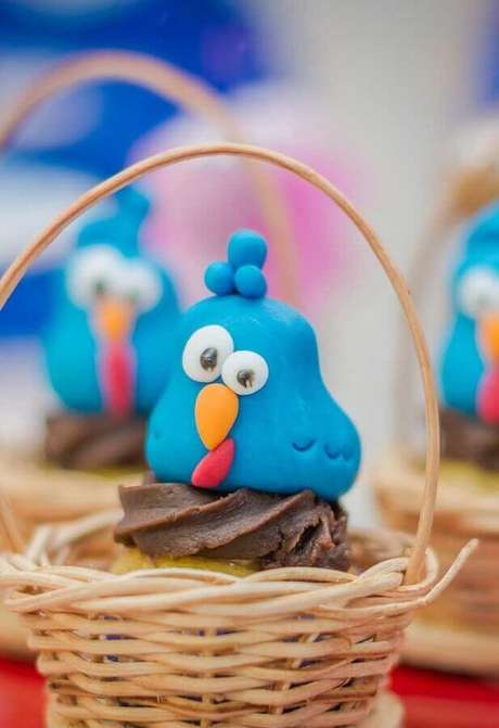 20. Cestinhas de vime podem se transformar e abrigos para docinhos decorados da sua festa de aniversário da Galinha Pintadinha – Foto: Pinterest