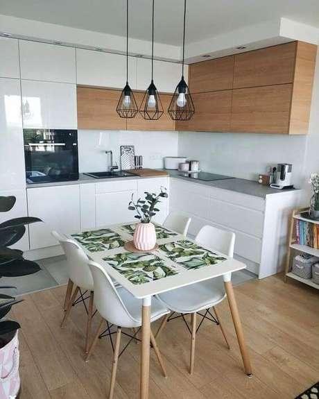 50. Cozinha com pendente aramado preto – Por: Dicas Decor