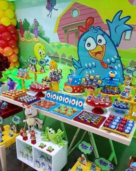 22. Capriche na escolha do painel para festa de aniversário da Galinha Pintadinha – Foto: Villafest Buffet Infantil