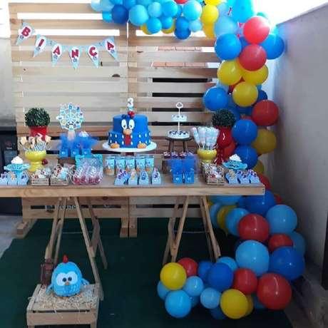 7. O painel de pallets pode dar um acabamento charmoso à sua festa de aniversário da Galinha Pintadinha – Foto: Ateliê Todo Carinho