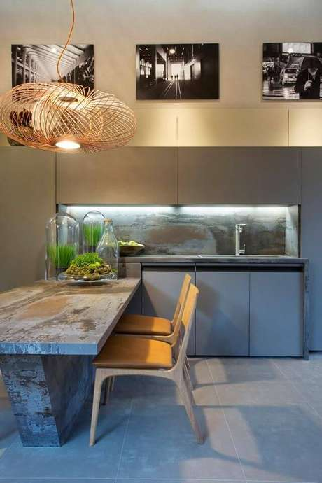 7. Sala de jantar moderna com pendente aramado cobre – Por: Acosentino