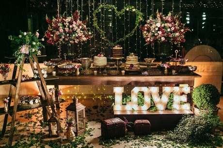 12. Decoração da mesa do bolo conta com a presença de uma estante escada. Fonte: Filipe Nascimento