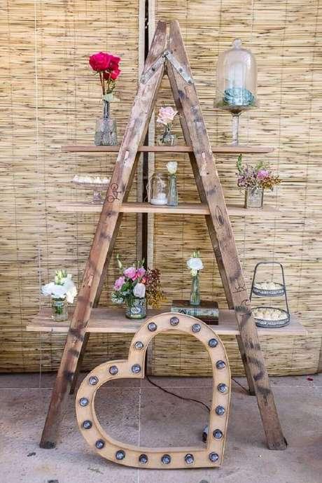 41. Decoração de casamento vintage com estante escada. Fonte: Pintrest