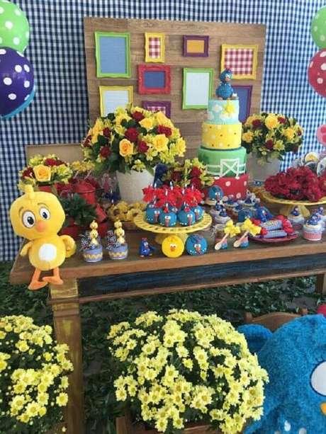 24. Arranjo de flores e painel xadrez para decoração de festa de aniversário da Galinha Pintadinha – Foto: Encontrando Ideias