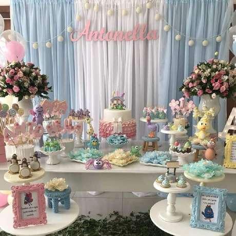 10. Arranjos de flores e estampas delicadas devem estar presentes na decoração de festa da Galinha Pintadinha rosa – Foto: P&A Decor