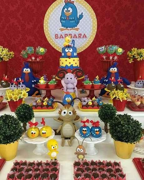 3. Invista em bonecos dos personagens do desenho para a decoração da mesa da festa infantil da Galinha Pintadinha – Foto: Festejar com Amor