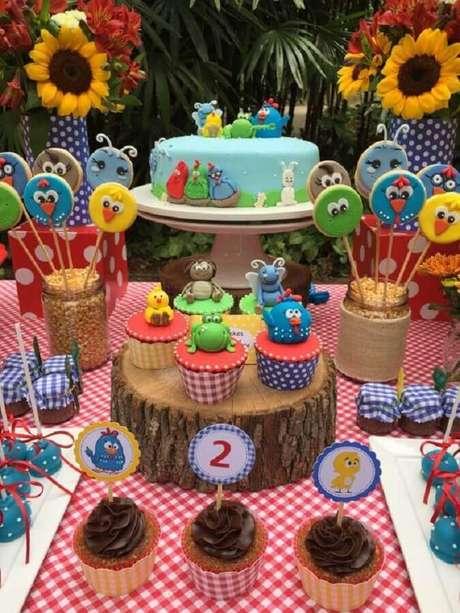28. Docinhos personalizados são ótimos para compor a decoração da mesa de festa infantil da Galinha Pintadinha – Foto: Pinterest