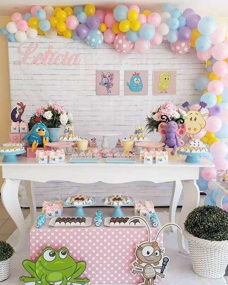 30. Tons pastéis ficam super charmosos na decoração de festa da Galinha Pintadinha rosa – Foto: Josiane Soares Festas