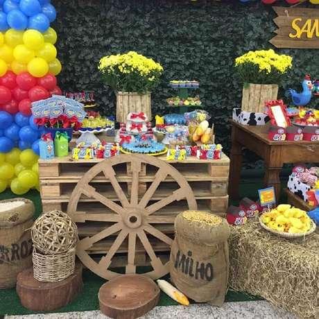33. Detalhes rústicos fazem parte da decoração de festa da Galinha Pintadinha – Foto: Encantar Festas