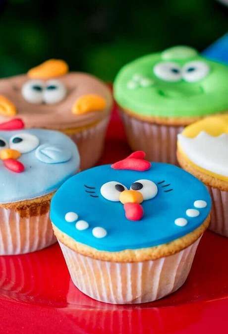 38. Cupcakes decorados para festa de aniversário da Galinha Pintadinha – Foto: Why Santa Claus