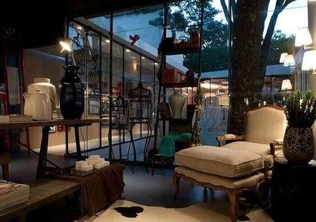 49. Estante com acabamento vintage utilizada na sala de estar. Projeto por Mauricio Karam