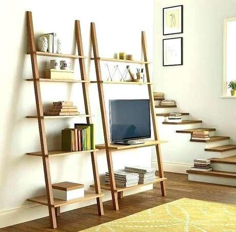 18. Estante escada com base de apoio para televisão. Fonte: Pinterest