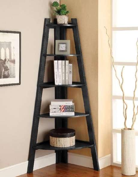 9. Estante escada de canto é perfeita para ambientes com espaços reduzidos. Fonte: Pinterest