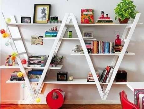 45. Estante escada invertida encanta a decoração deste espaço. Fonte: Pinterest