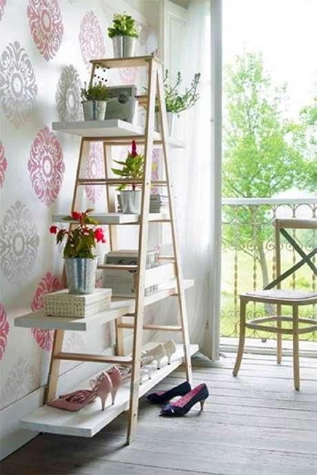 25. Estantede madeira complementa a decoração do ambiente. Fonte: Pinterest