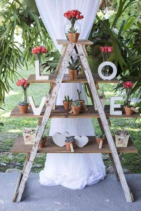 48. Estantede madeira para festa de casamento. Fonte: Pinterest