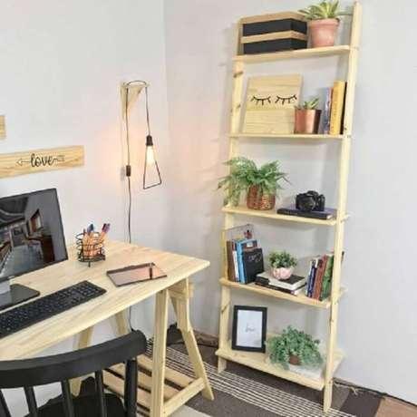 59. Estantede madeira para home office. Fonte: Pinterest