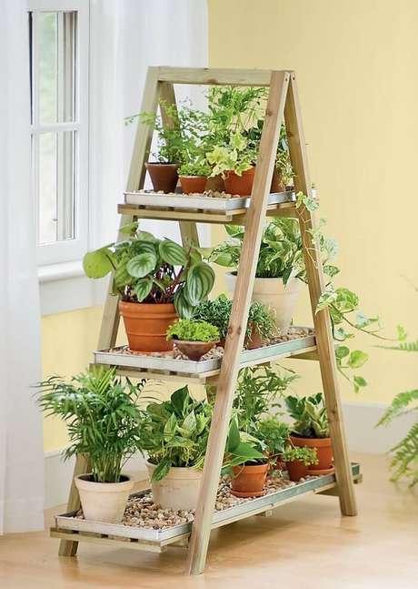 28. Estantede madeira serve de apoio para vasos de plantas. Fonte: Pinterest