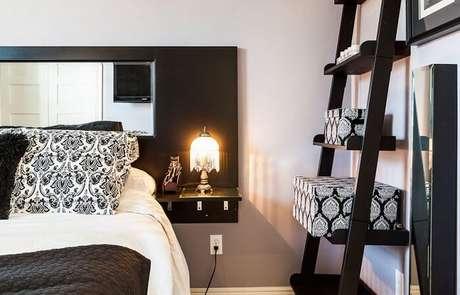 29. Estante preta para complementar a decoração do quarto de casal. Fonte: Pinterest