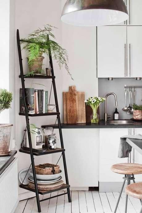 30. Estante escada preta para cozinha com 4 repartições. Fonte: Pinterest
