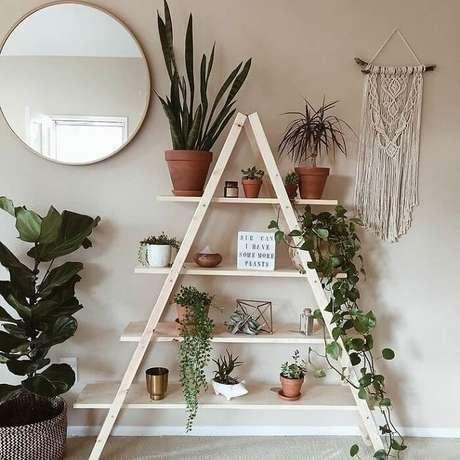33. Estante escada serve de apoio para inúmeros vasinhos de plantas. Fonte: Pinterest