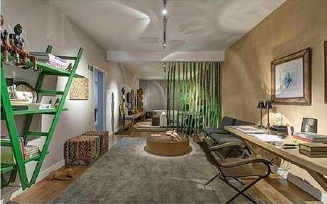 10. Escada estante decorativa verde encanta a decoração deste cômodo. Fonte: Pinterest