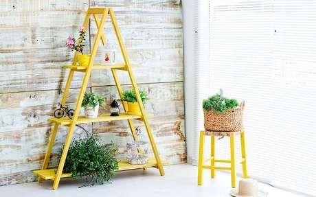 34. Estante escada amarela feita em madeira maciça. Fonte: Idea Store